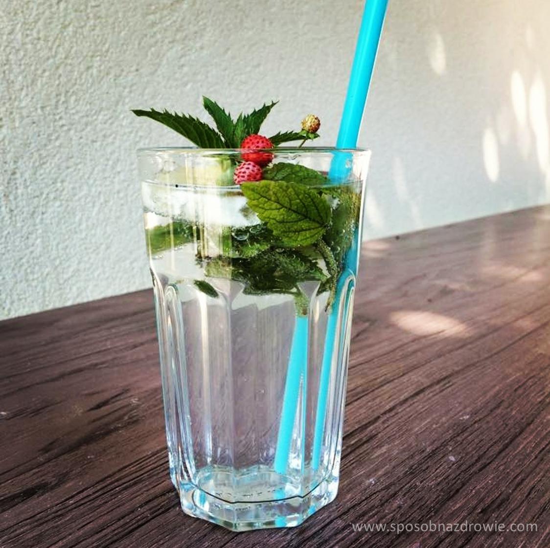 Dlaczego warto pić wodę z sokiem z cytryny